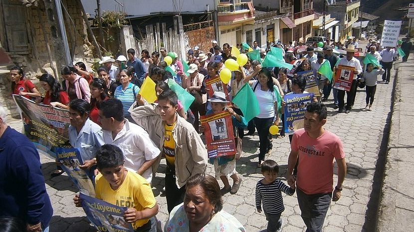 This photo shows a large group of people marching for their rights in the streets of Espindola.